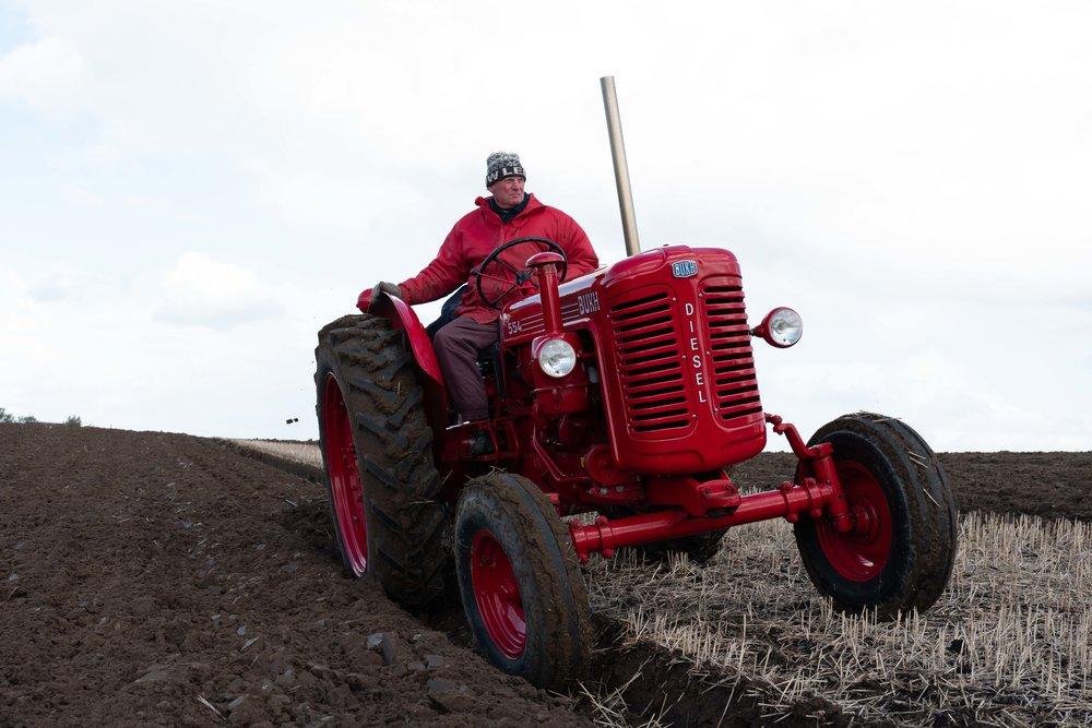 """Det årlige traf for veteran traktorer, hvor der pløjes """"rust"""". Magleby Nor."""