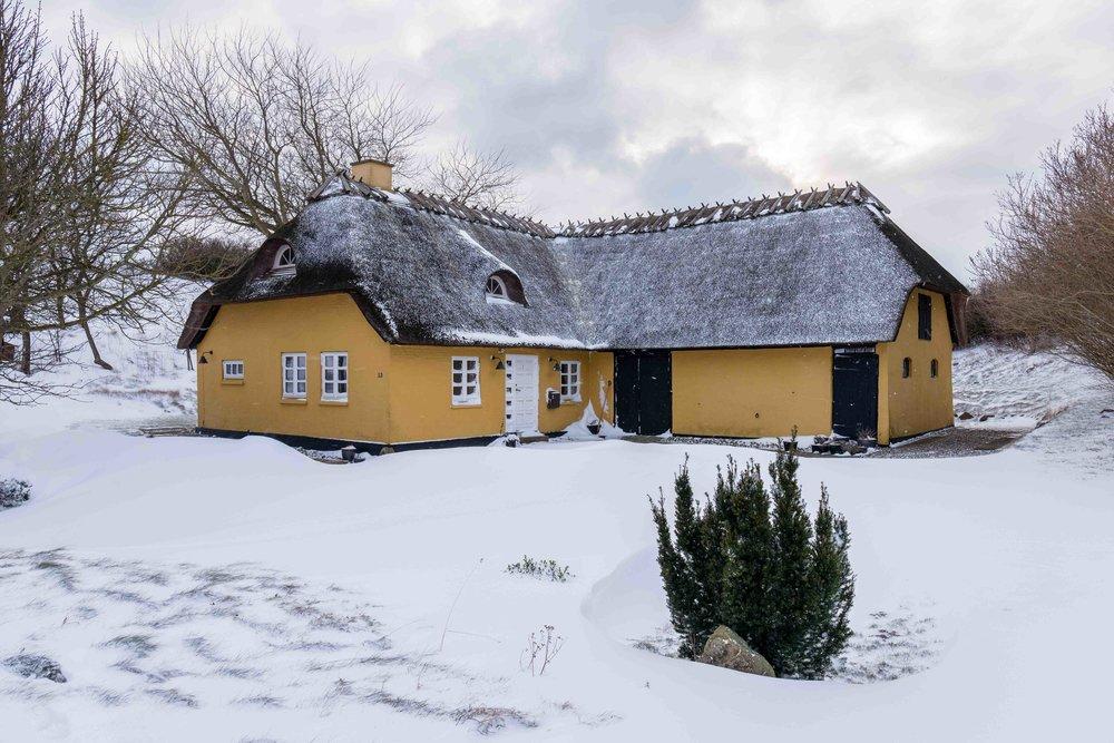 En ud af kun tre rigtige vinterdage gennem de sidste 2 år. Bilen parkeres i starten af indkørselen, og Vestervej holdes konstant fri for sne af de lokale landmænd, så man behøver ikke at skovle sne på den 100 meter lange indkørsel.