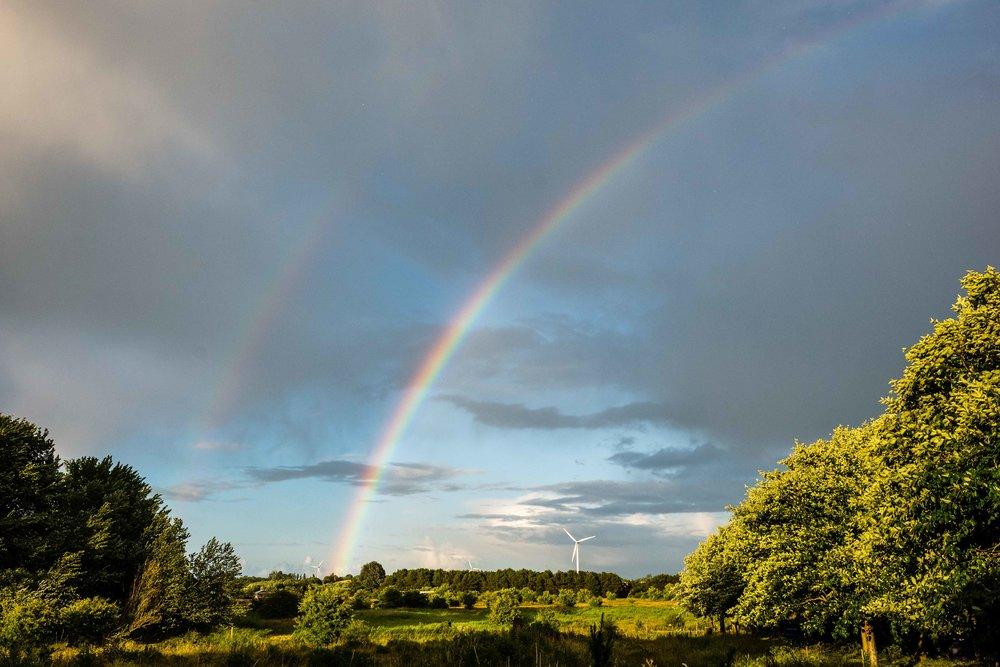 Dobbelt regnbue over Magleby Nor, fotograferet fra haven.