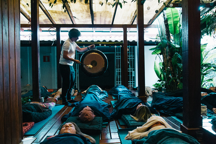 """Relaxamento com Som do Gongo no final de aulão """"Yoga do Som"""" no espaço Viva Bem em Belo Horizonte. Julho 2017. Foto créditos: Amanda Canhestro"""