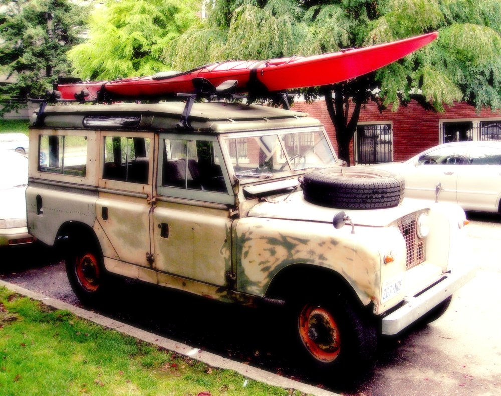 Classic_1961_Land_Rover_(with_Kayak).jpg