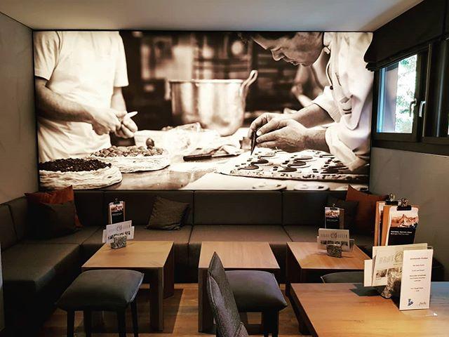 Es ist immer wieder eine riesen Freude die eigenen Bilder in Grossformat zu sehen!  Die Bäckerei Fuchs in Zermatt hat an der Bahnhofstrasse 28 gerade ihr neustes Café eröffnet - top! Richtig gemütlich und vor allem: sehr freundliches Personal.  #zermatt #fuchszermatt #bakery #cafe #print #bw #backlight