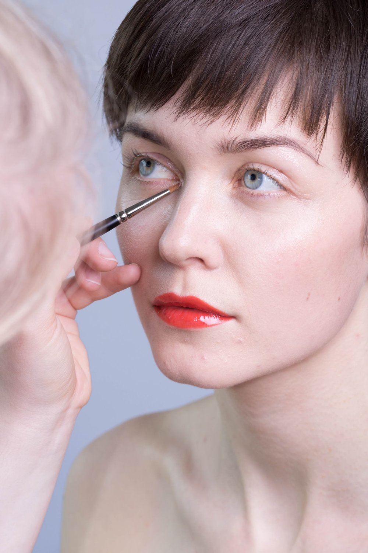 Behind the scenes:Finishing touches  Model: Clara Eggers // Modelbooking Photographer:  Jonas Hjermitslev