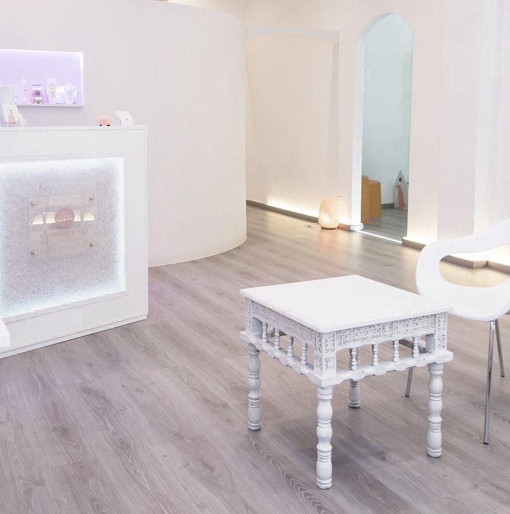Uffici probios, progettazione naturale, pavimento in legno, divano con rivestimento stoffa vintage sacchi di iuta
