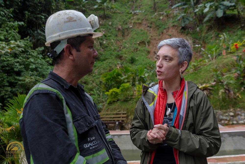 Roberto Álvarez (Asistente General de la mina Gualconda) y Christina Miller (consultora para la joyería sustentable y cofundadora de Ethical Metalsmiths) hablan de lo necesitado para remediar y restaurar la zona contaminada.
