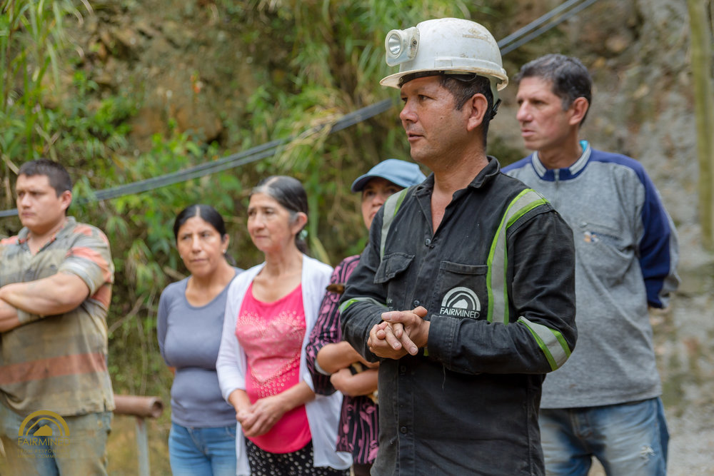 Rolberto y su familia responden preguntas a los visitantes. Imagen: Fairmined