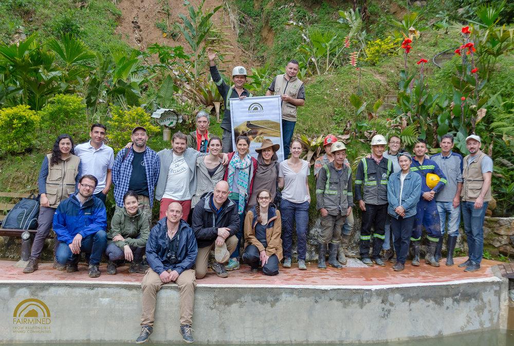 Retrato en grupo tomado en Gualconda en Marzo 2018. El grupo incluye: trabajadores de Fairmined, joyeros, consultores, mineros, y personas de las autoridades ambientales de la localidad. Siete países se ven representados en este retrato. Photo: Fairmined.
