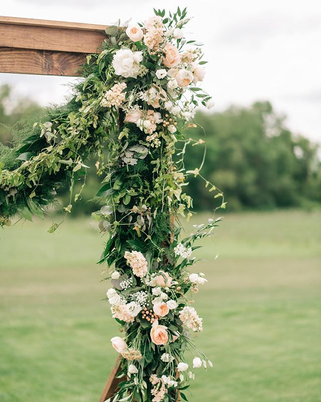 Engagement season is truly upon us! After mine over the weekend, I've had my biggest week of inquiries yet! Yay for new engagements 💍🎉 If you're considering working with us, reach out soon as dates are booking up quickly. I can't wait to plan your big day!! . . Floral: @shellysarverdesigns Photo: @loganclement Wood frame: @borrowmyvintage Venue: @ashtonhillfarm