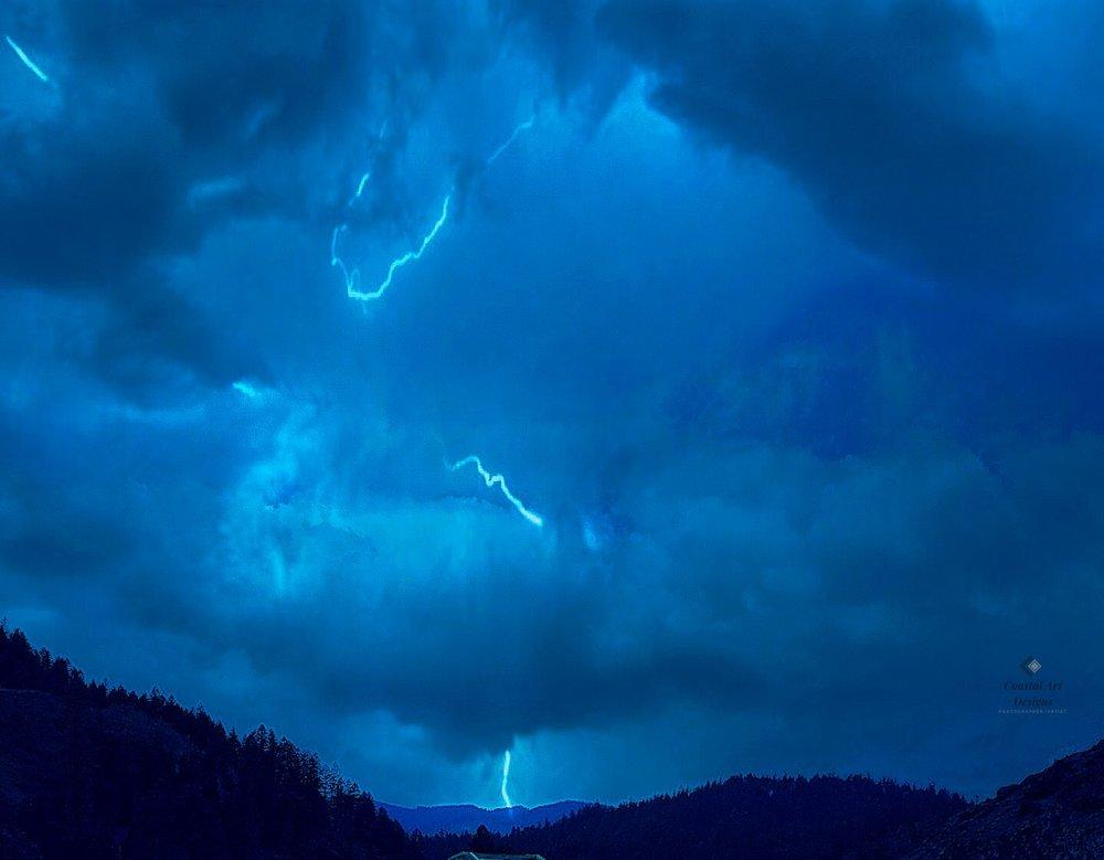 blue-lighening-stiking-mountains-image