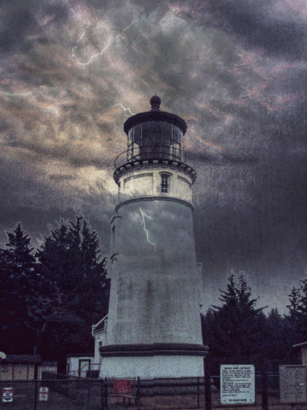 lighthoue=-thundering-photo