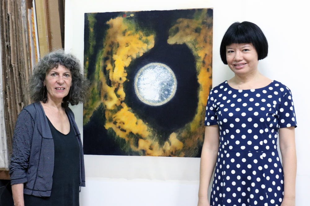 藝術家江心靜與其創作《夜懸明鏡》系列。 Pinky Chiang and her art work. ( The moon in ink art paintings.)  2016 Taichung Taiwan.