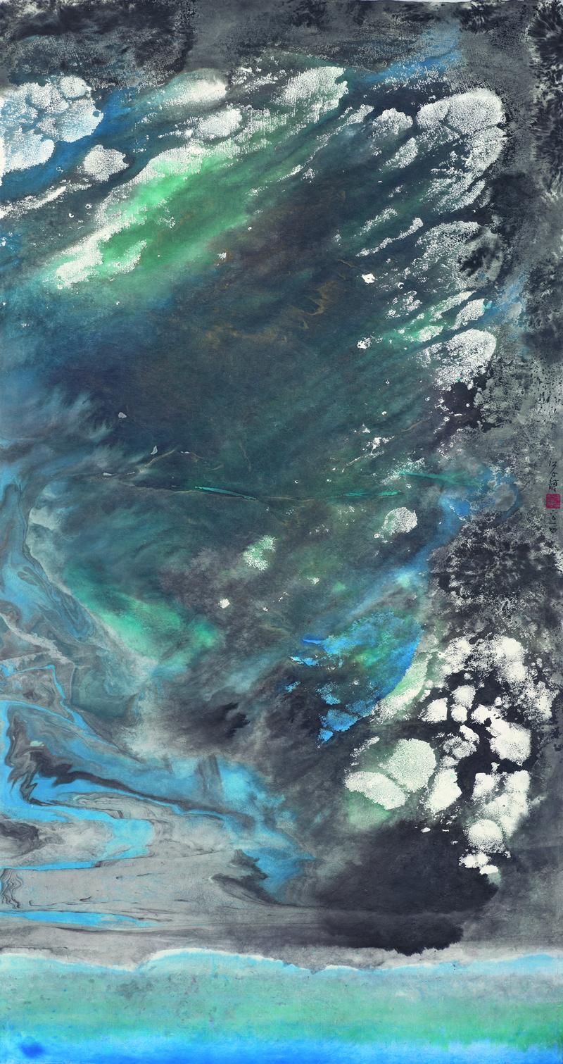 江心靜 Chiang Hsin-Ching|海中天 Blue Universe|2014|144 x 76 cm|彩墨紙本 Ink and Color on Paper  《海中天》   那一天 發生了什麼事 我不知道  後來也一直沒有答案  然而 就像那句─所有歷史  都是當代史  那一天 透過一次次回憶解構  重組    首先是海  地圖上是澳洲大洋路上一個接近  十二使徒岩的荒涼小鎮 冬天人潮散去  百無聊賴的浪 演繹舒伯特的甜美不成  暴虐冷峻的潮 拖長陰影成了蕭邦  葬禮進行曲    書頁上回到十七歲那年搭平快車  飛奔到崎頂火車站防風林外的沙灘 踏浪  滔滔不絕的浪 揮霍似懂非懂的詩  呢喃軟語的潮 翻滾難以出口的  史詩前傳    畫作上又一變  (為了給以後的論文作者一個方便 略作說明)  這個海 不是那個海 不 該說不只是  抽象的海 包含了那一天之前以及之後  的海 超過人在地球上旅行的時間  觸摸海風吹拂的礁岩 海面閃爍的金光  思索─不管上帝發笑 菩薩低眉     那一天 一顆遵循地心引力的頭  一頂裂成兩半的安全帽和一架直升機  (可惜她昏迷不醒 看不到風景 有人說)  形成一個迷宮式意象  不論 離開多遠 必將重返  不 不是一成不變重覆  而是迴旋式回歸  那一天 隨著高度逐漸清晰  親吻過地面的頭  得以仰望   海中天
