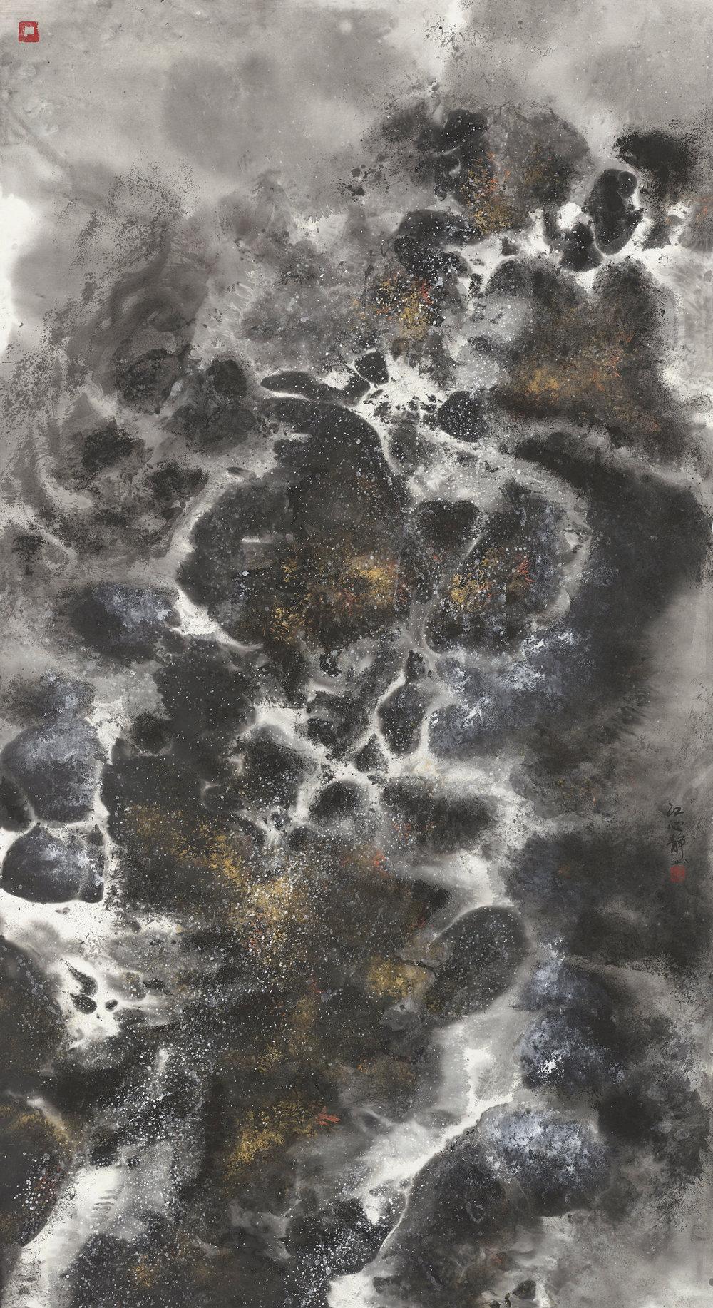 江心靜作品〈石上清泉〉入選2018年台灣國際書法水墨畫聯展,水墨留白是一個讓觀者可以穿透畫面呼吸的窗口,超脫現實達到天人合一的境界。