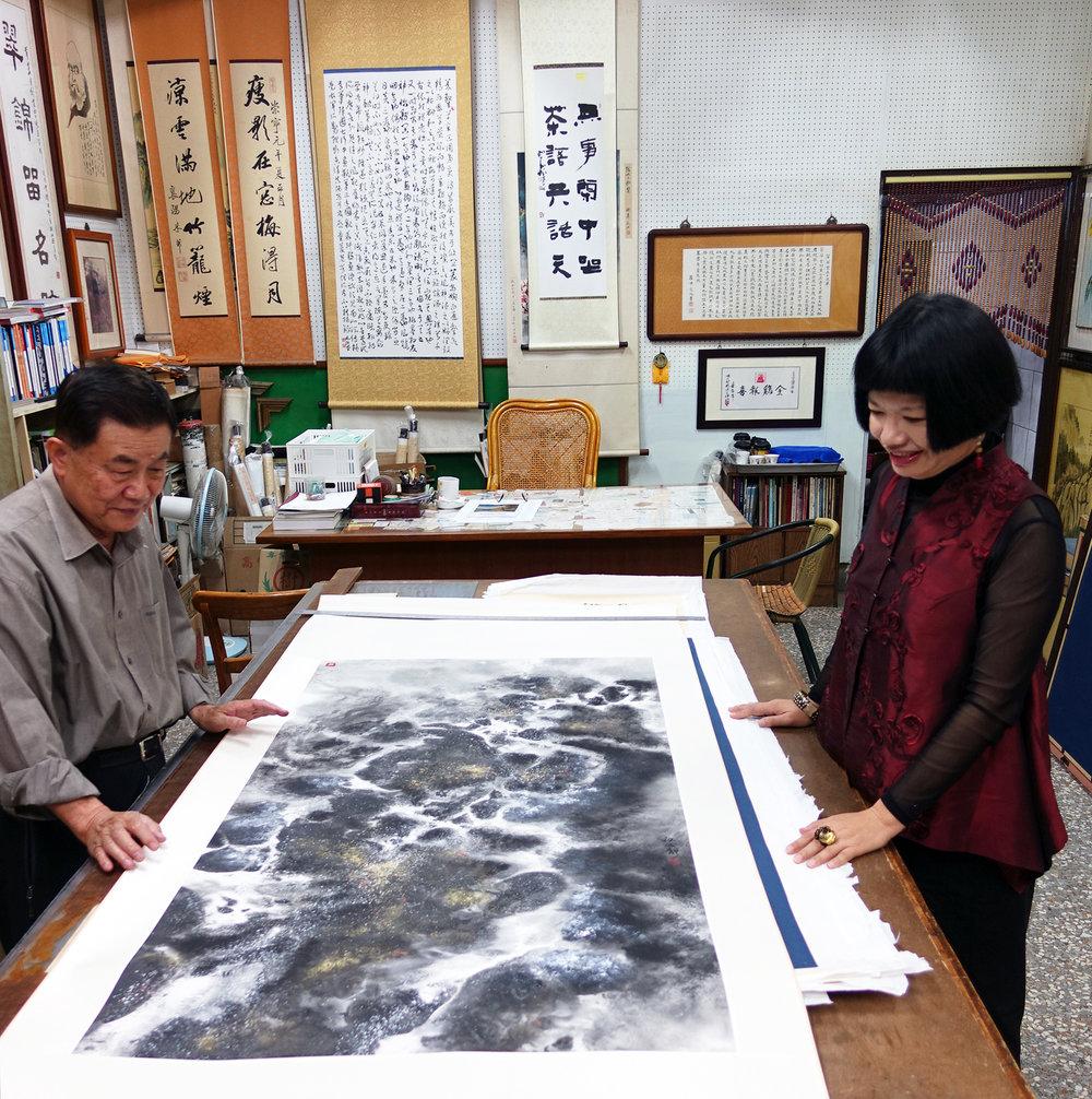 台中書畫前輩林茂樹老師(左)亦師亦友提攜後輩,舉辦台灣國際書法水墨畫聯展,促成國際藝術文化交流。