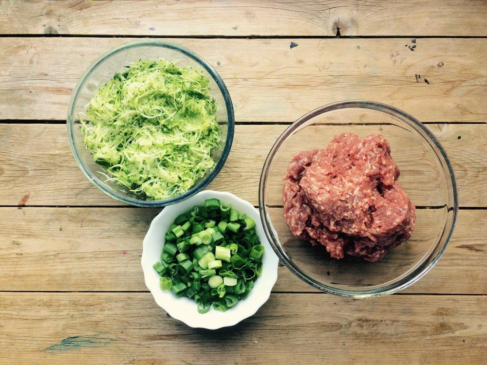 - 1 kg Hackfleisch von Weiderind1 grosse Zucchini3 FrühlingszwiebelSalz und PfefferGhee, Butter oder Kokosfett---Zucchini in dünnen Streifen reibenFrühlingszwiebel schnippelnHackfleisch, Zucchini, Frühlingszwiebel, Salz und Pfeffer zusammen mischenKleine Bällchen formenIn einer Pfanne mit Ghee, Butter oder Kokosfett anbraten. Die Bouletten sollten eine schöne bräunliche Farbe kriegen ohne Schwarz zu werden.Auf die Seite legen