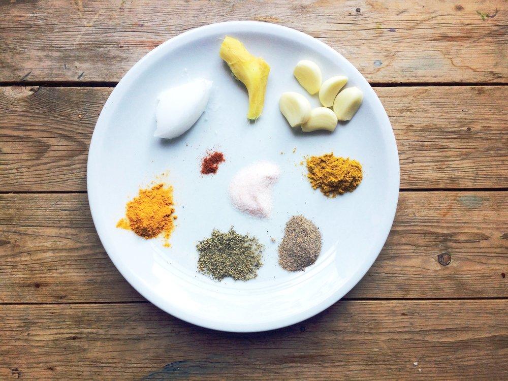 5 Knoblauchzehen  1 Stück Ingwer  Kokosfett  Miso Paste  Salz, Pfeffer, Kardamom, Kurkuma, Cayenne Pfeffer, Curry, Paprikapulver nach Geschmack  ---  Knoblauchzehen in kleine Stückchen schneiden  Ingwer in sehr dünne Scheiben schneiden  Ingwer und Knoblauch im Kokosfett leicht anbraten und färben lassen.  2 Liter Selbstgemachte Brühe in den Top eingiessen  Dazu die Misopaste geben und gut zusammenrühren  Alle Gewürze erst in die Brühe hingeben, nachdem der Brokkoli im Topf gelandet ist
