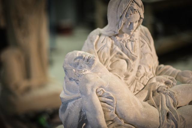 La Piéta: Reproduction d'une sculpture de Michel-Ange (sculpteur, peintre, architecte, poête et urbaniste Italien 1475  -1564) exposée à la Basilique St Pierre au Vatican.