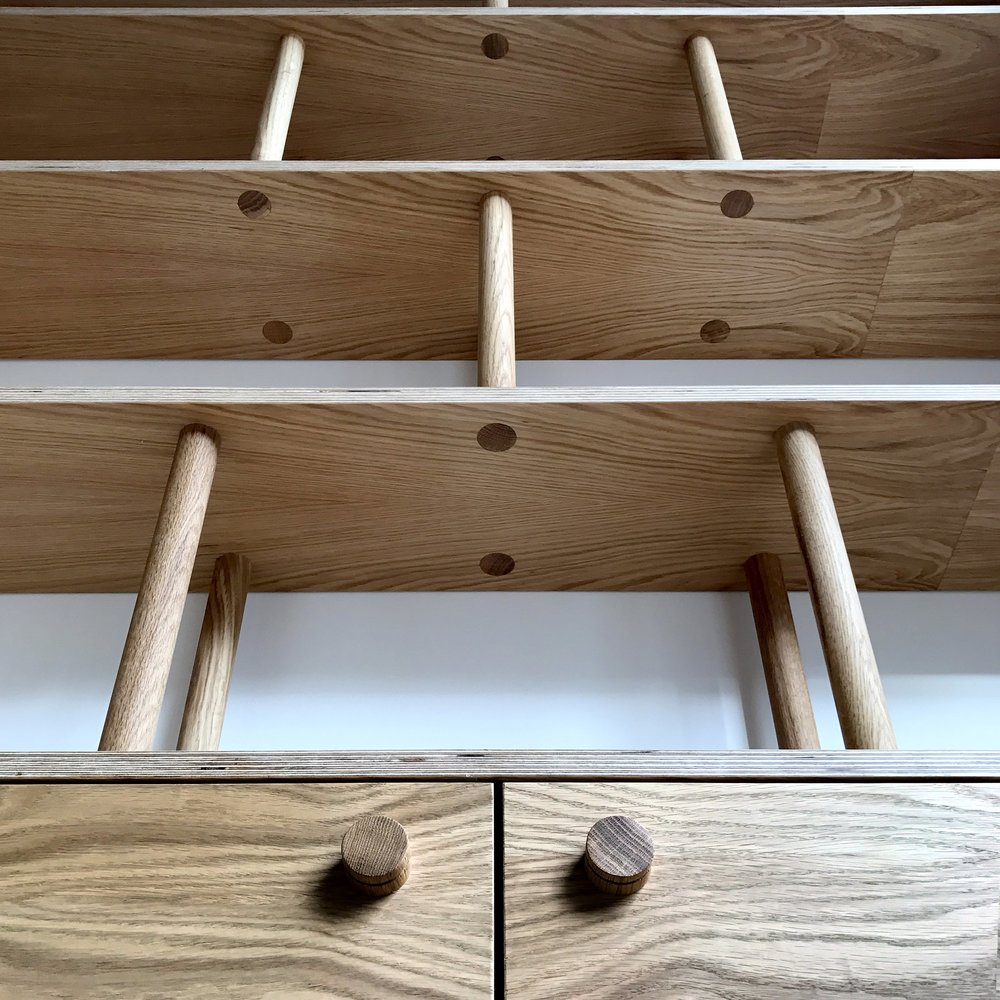 The oak dowel jointing feature adds a decorative element to the offset book shelves.