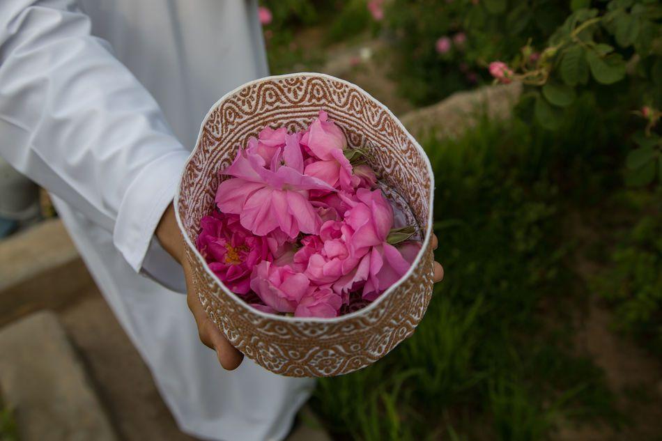 Omani_Hat_Kuma_filled_with_roses_21348.jpg