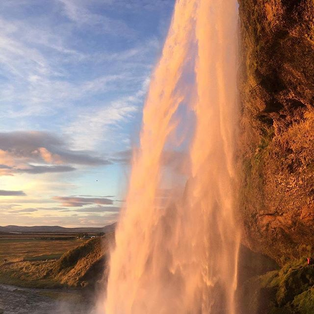 Seljalandsfoss waterfall in the magical midnight sun ✨ . . . #iceland #midnight #sun #travel #waterfall #seljalandsfoss #jscampers