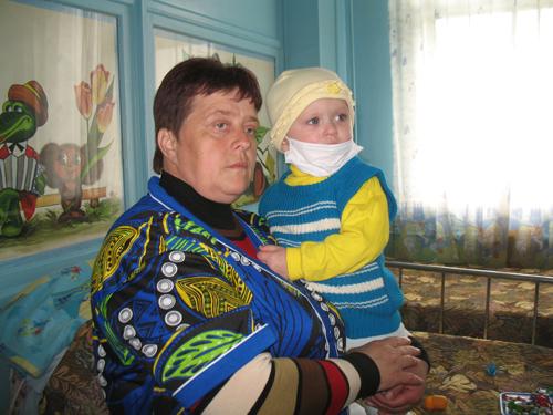Mutter mit ihrem leukämiekranken Kind nach der Katastrophe von Tschernobyl - eine der vielen Folgen ionisierender Strahlung. (Bild: C. Knüsli)