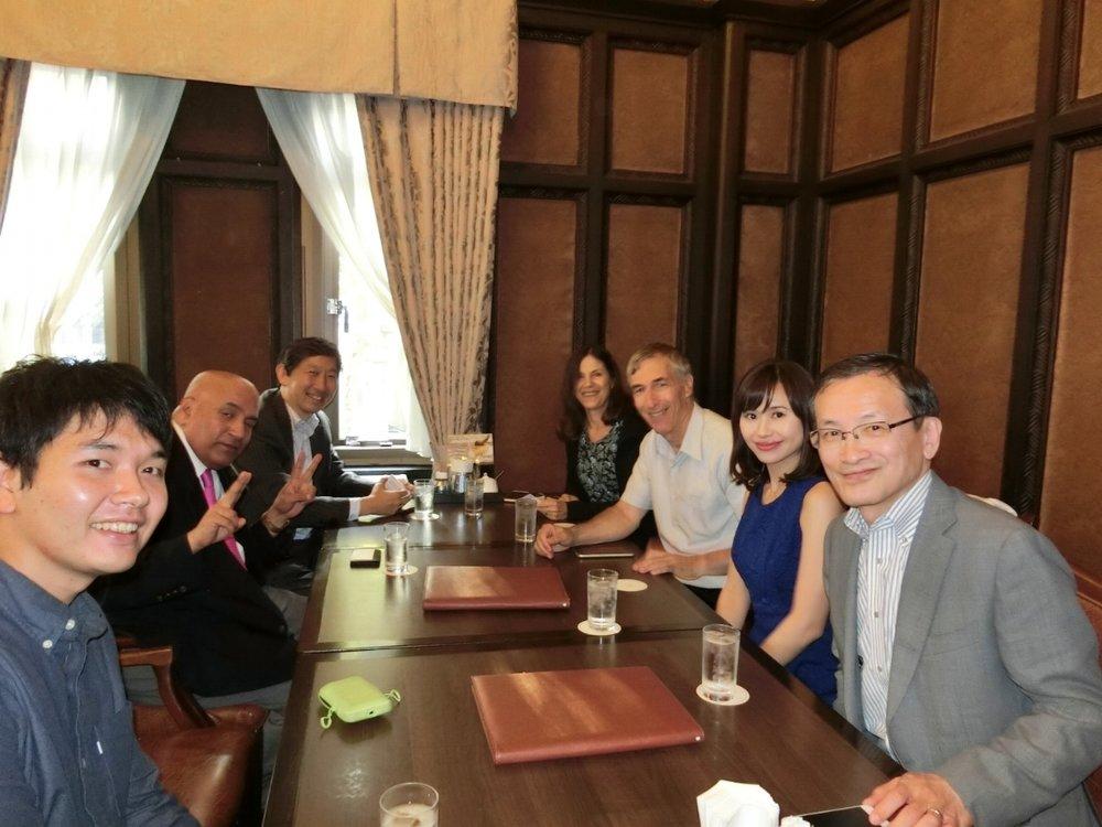 テクニオン大学筆頭副学長のアダムシュルツ氏とその奥様、参加者の皆さんと一緒に懇親会を開きました