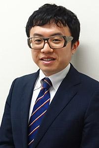AIビジネスデザイナー 毛利信之  京都市出身。慶應義塾大学商学部を卒業後、東証一部上場の繊維・アパレル系専門商社にてアパレルチェーンの営業、海外拠点での輸出業務、自社工場での生産管理、直営セレクトショップの運営・管理を行う。その後2社のベンチャー企業で経験を積んだ後、人材紹介業界に転身。AIビジネスに精通。
