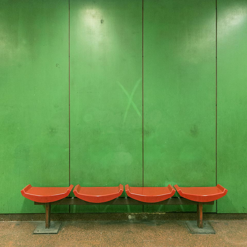 Color coding on the Budapest Metro: green walls/brown seats = Népliget station on the M3 line.