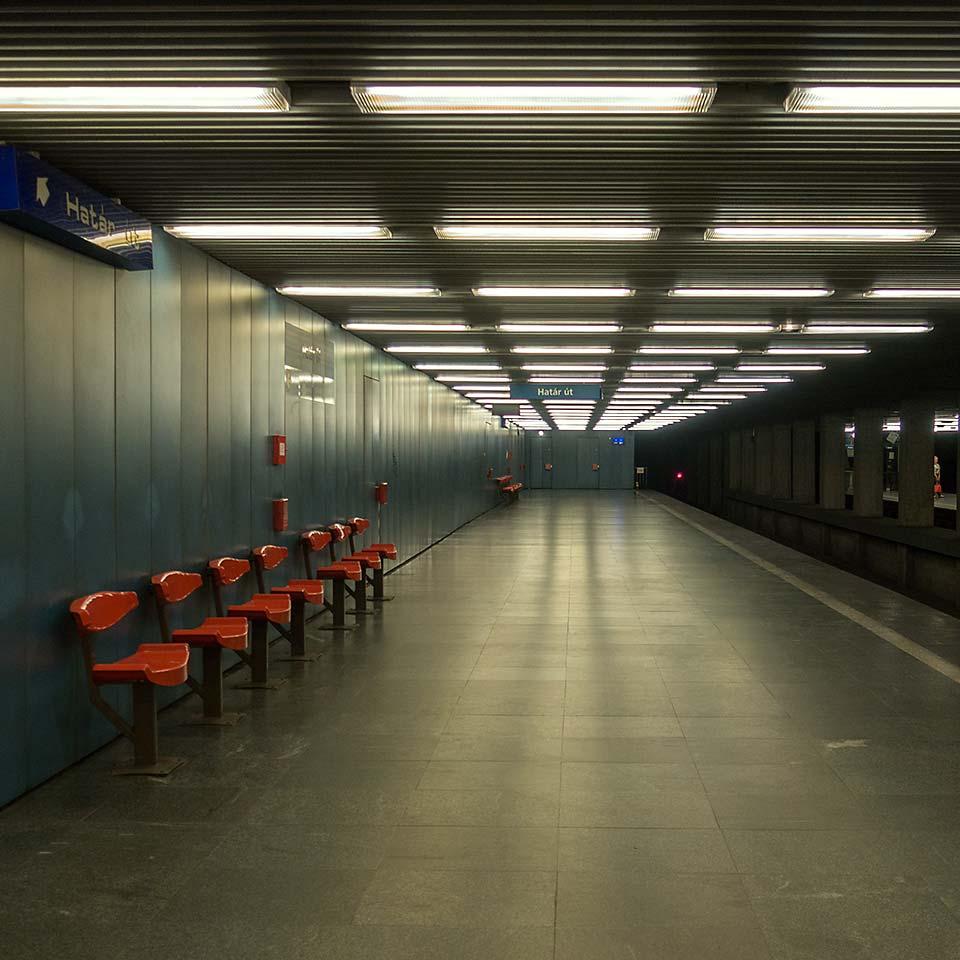 The eternal twilight of Határ út station.