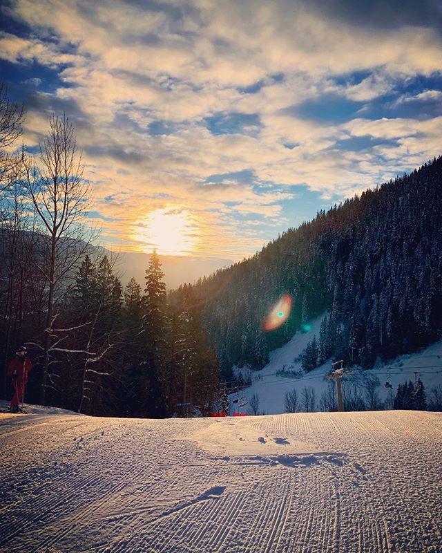 Last sunrise of 2018, coming at you from the mountains! Have a good one guys and girls! 🥳 🎉 #newyearseveski #powderplayground #powdertothepeople #sunrise #happynewyear . . . . . . #ferniestoke #fernie #ferniebc #explorebc #britishcolumbia #skiing #skiseason #canada #lovecanada #skiingtime #freshsnow #skiingpowder #powderbowls #mountain #mountainviews #mountaingirl #mountainadventures #neverstopexploring #exploretheworld #masterthemountain #allaboutadventures #mtm2019 #nonstopsnow