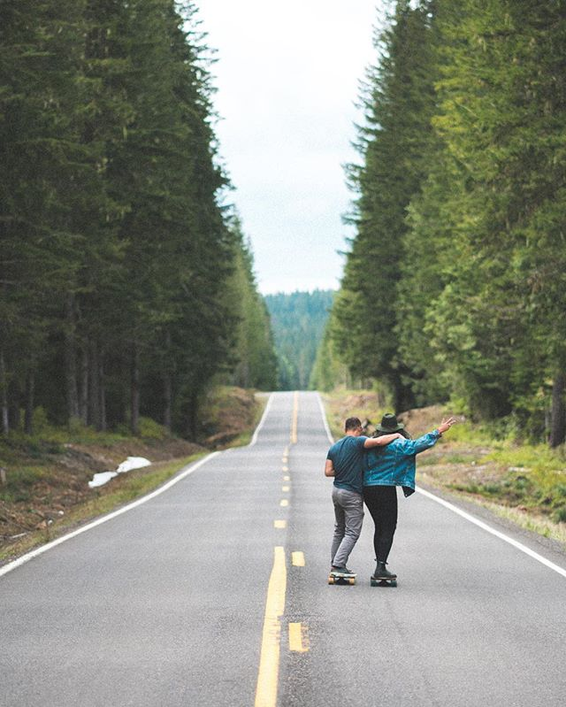 We get by with a little help from our friends.⠀ ⠀⠀ @deshoots snapped this (pretty damn adorable) shot of @littledavey7 teaching @heytaaz how to rip down some backroads in Oregon on the #ChasingCascadia roadtrip.⠀ ⠀⠀ How many of you would want to learn to skate? Let us know in the comments below. We might just have something in the pipeline!⠀ ⠀⠀ #ChasingSunrise
