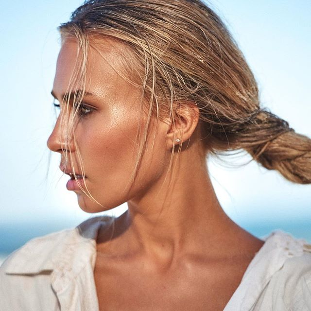 // Strong //. • New work with amazing @ella.van.seters and @daveblakephoto 🤟 #beauty by me 😉 • Beach glow is all @beccacosmetics Bronzer + highlight ✨✨. • #glow #beachbabe #newwork #makeup #makeupartist #brisbanemakeupartist #goldcoastmakeupartist #sunshinecoastmakeupartist #makeupjunkie #editorial #modelportfolio