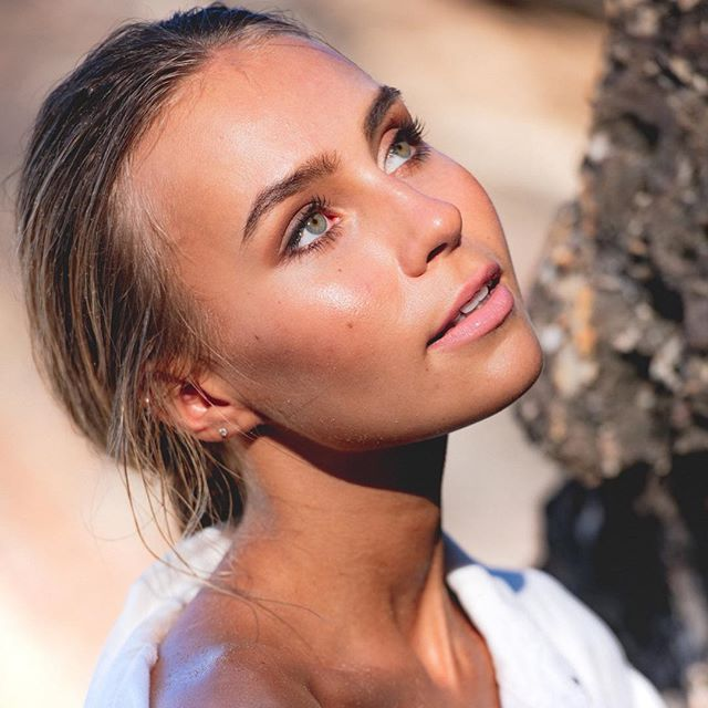 // Catching the sun // • This babe @ella.van.seters has such a perfect skin 😍 Not much needed at all! Here a product breakdown: Prep: @embryolisseau  Base: @beccacosmetics #backlitprimingfilter + @faceatelier #foundation  cheeks: @rcmamakeup creme blush Brows: @viseart  Eyes: @smashboxcosmetics  Lips: @neekskinorganics • #beauty #makeup #beachbabe #bronzed #bronzedmakeup #meccabeautyjunkie #brisbanemakeupartist #goldcoastmakeupartist #sunshinecoastmakeupartist #makeupartist #beautymakeup #makeuptips #makeuplooks