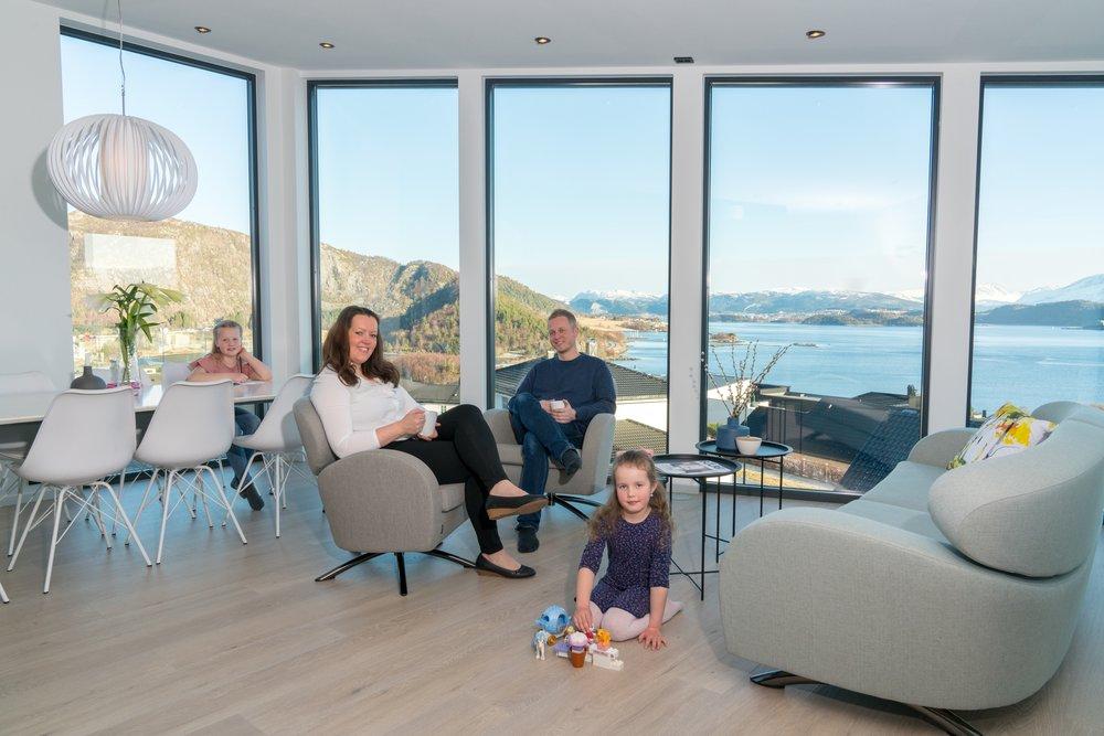 Familien nyter den flott utsikten