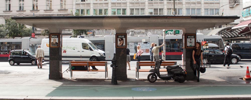 De unu elektrische scooter naast een bushalte