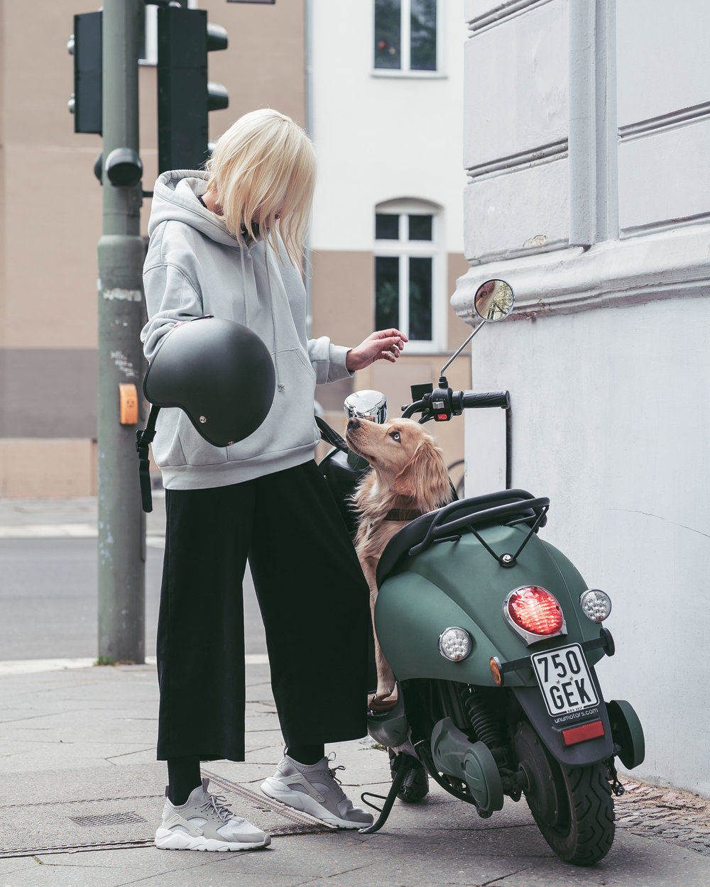 unu and Liz have shared a close connection for over years. Liz uses her unu Scooter Classic to discover new places in her home city, Berlin.