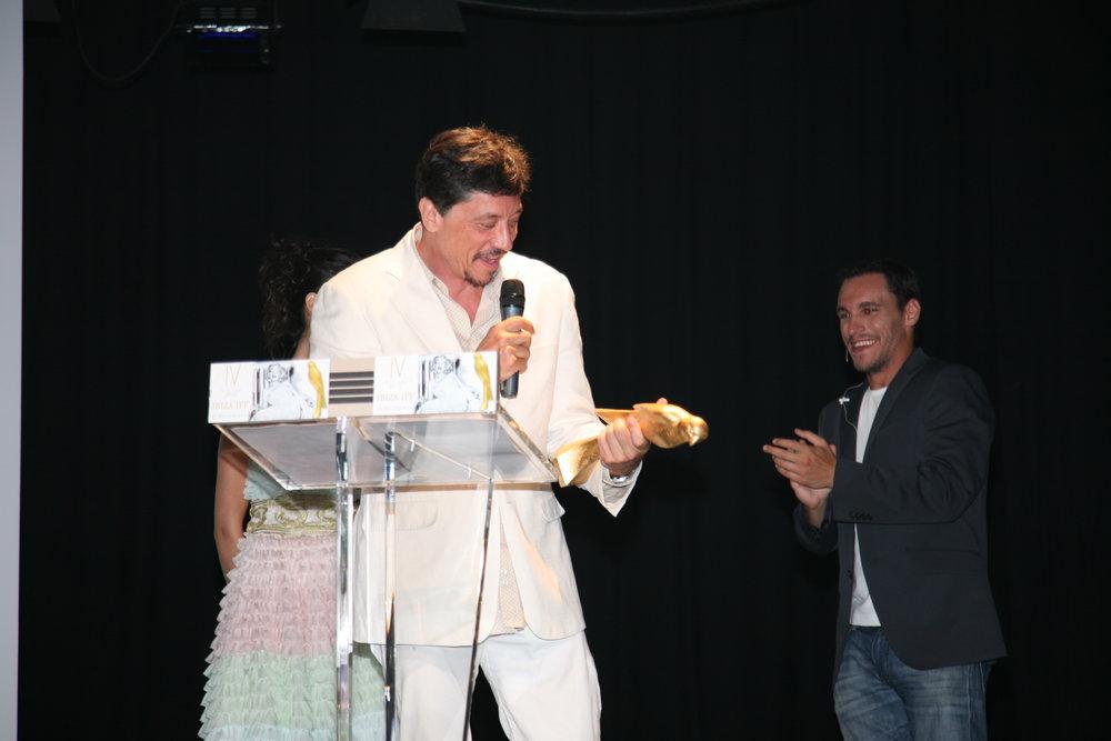 Carlos Bardem recogiendo premio para Backyard.JPG