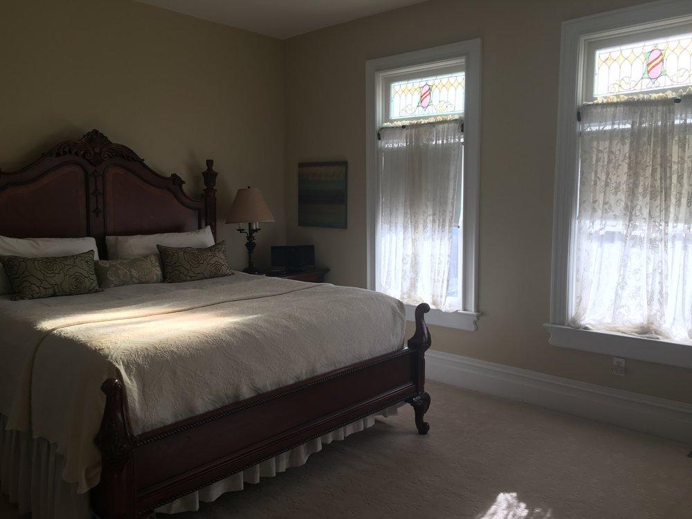 Caleb's Room - King Luxury Suite -- 1 King bed, en suite bath, jacuzzi tub, gas fireplace, separate sitting room