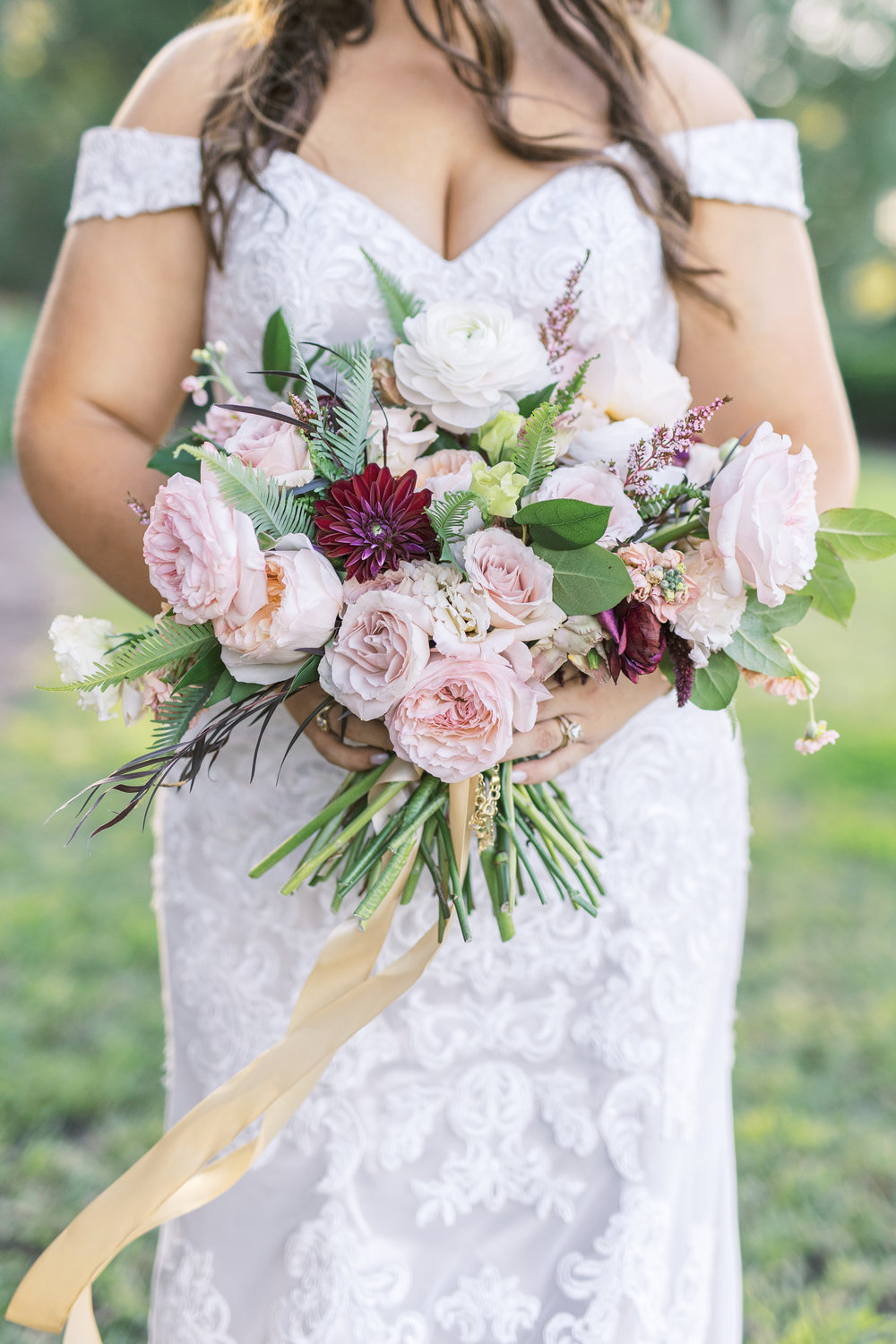 Photo by Catherine Ann Photography // Flowers by Petaloso