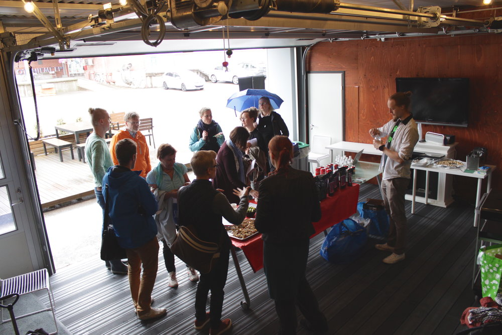 Pienikään sade ei haitannut EntoCuben kesäpäivillä. Ovet sirkkafarmiin olivat auki ja paikalle kerääntyi joukoittain kiinnostuneita kävijöitä!
