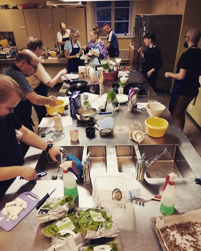 Helsingin työväenopiston innokkaat hyönteisruokaoppilaat työn touhussa! #hyönteisruoka #työväenopisto