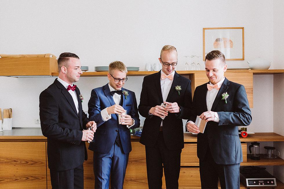 Traumanufaktur_Hochzeitsreportag_Hochzeitsfotograf_Gut_Landsdorf_Rostock_Ostsee_011.jpg