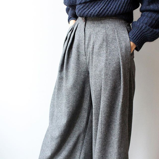 These @neul.official grey woollen trousers of dreams are now reduced from €281 to €90💥. Only a couple of pairs left so hurry!