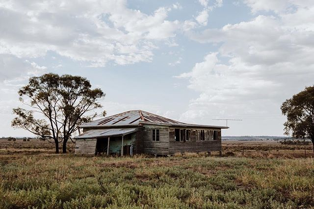 Feeling a bit like this old house today. . . . . . . . . . . . . #rmwilliamsoutbackmagazine #akubraofficial #country #rural #kuntrygram #outbackaustralia #thankafarmerforyournextmeal #wattlewomen #graziher #countrykids  #ruralroom #farminglife #rurallife #countryliving #rsa_rural #rural_love #aussieag #EldersLimited #AgInFocus #strivetobeanartist #ozshotmag #exploreaustralia #visitsunshinecoast #travelQLD #thinkoutside #ABCmyphoto