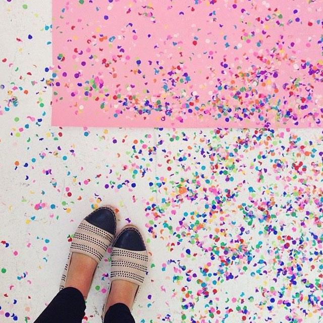 En una fiesta de confeti con Bri Emery