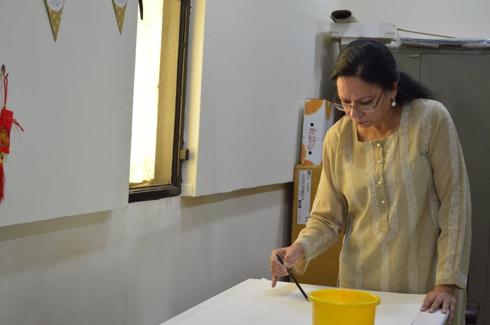 Shruti Gupta Chandra creating during the workshop.