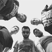 HAMPERED - GenreMetal / Hard-coreMembres du groupeJC - DrumRomain - GuitarFares - BassGuillaume - Guitar, VocalsJep - VocalsVille d'origineToulonHAMPERED : imaginez une vie où tout a dérapé, ou chacune de vos issues aboutit à une impasse. La seule alternative à votre emprise est l'asile...BiographieHampered est un projet Métal / Hard-core où la section rythmique est assurée par JC à la batterie et Fares à la basse. Romain et Guillaume (backing vocal) aux guitares alternent entre couplets incisifs et refrains mélodiques, le tout porté par la voix de JEP.Le premier album raconte l'histoire complexe d'un héro désabusé se retrouvant plongé dans l'antre d'un hôpital psychiatrique. Imaginez une vie où tout à dérapé, où chacune de vos issues abouties à une impasse. Vous en arrivez au point de non retour et la seule alternative à votre emprise vous entraîne au fin fond d'un asile…