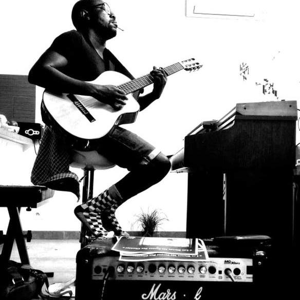 MIHUMA - Entre Gainsbourg, Bashung et Renaud, Mihuma a décidé de ne pas choisir. Cœur de rappeur, âme de poète, multi-instrumentiste autodidacte, Mihuma traverse les styles comme le voyageur les pays : avec goût et intérêt, jamais en touriste. Adepte de la prise de risque artistique, il joue avec les influences et côtoie aisément le rock autant que le rap. De nature expérimentale, sa musique sert surtout ses mots, souvent poétiques, acerbes et critiques, toujours percutants. Mihuma a des messages, et il compte bien les faire passer. Coûte que coûte.Il s'est fait connaître via l'album Music'All véritable OVNI réunissant Oxmo Puccino, Féfé, Casey ou encore le célèbre Sidney H.I.P H.O.P. Les concerts qui en ont découlé entre 2008 et 2010 l'ont mené du Trabendo au Duc des Lombards, du Bataclan au Parc de la Vilette. Respecté dans le milieu du Hip-Hop, Mihuma préfère tracer sa route plus loin, quelque part entre l'underground et l'expérimental. Pour lui, chaque morceau doit être un voyage, un aller-simple. Constamment en mouvement, Mihuma repousse les limites de son flow, ce qui en fait un chanteur unique, un narrapeur. Les chansons