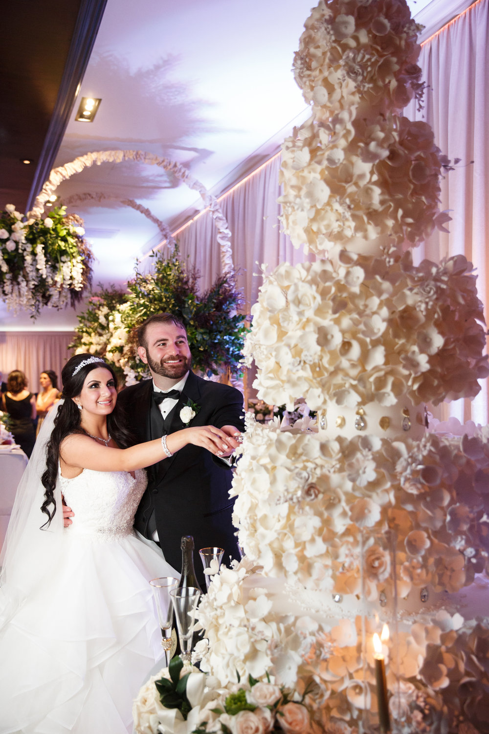 Elegant Pasadena Wedding to Make You Swoon cutting the cake.jpg