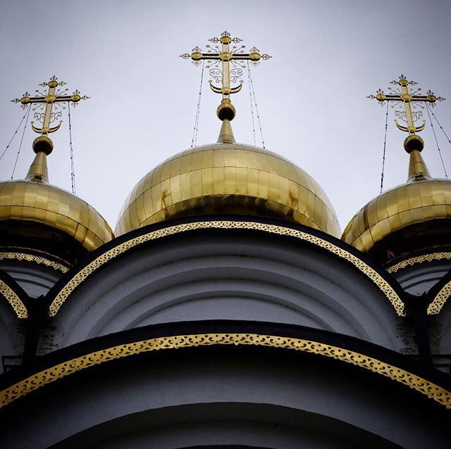 I got domes and domes and domes for days . Visit the website @ www.palebluedotphoto.ca (link in profile) . #russia #orthodox #orthodoxy #orthodoxchurch #россия #travel #russia_img #russia2018⚽ #church #viagem #travelrussia #russia_pics #streetphotography #rússia #russiainside #russiabeyond #natgeorussia #natgeo #jornaloglobo #instaviagem #explorerussia #perislavlzalesskiy #orthodoxchristian #православие #christianity #architecture #православље #yaroslavl #lake #onion